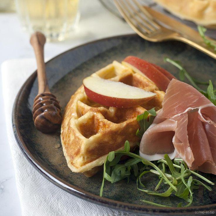 Deze geitenkaaswafel kan je serveren als voorgerecht of als lunchgerecht. Appelpartjes en honing erbij voor een zoete-hartige combi.