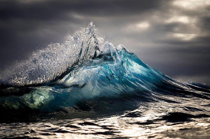 Postupně ho zaujaly mořské vlny. Vždy se snaží se ulovit ten nejlepší záběr ve chvíli, kdy mu vlny připomínají hory, těsně předtím, než se zlomí a rozbijí.