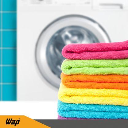 Máquinas de lavar roupa juntam resíduos de sabão em pó, amaciante, fios de roupa e bolor. Por esse motivo devem ser limpas periodicamente, o que contribui para a higiene da casa e manutenção do produto. Duas xícaras de vinagre branco mais um pouco de água são o suficiente para realizar o ciclo de lavagem completa na máquina. Se tiver a opção de água quente é ainda melhor para turbinar a limpeza.  #DicasdeLimpeza #WAP