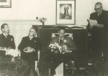 M 157 Werkbezoek van Prins Bernhard aan het Rivierengebied. In het districtshuis van het polderdistrict Neder Betuwe liet hij zich voorlichten over het komgrondenwerk (het verbeteren van onrendabele gebieden). Op de foto v.l.n.r.: Mr. R.J. van Beekhoff, dijkgraaf van NederBetuwe, dr. C.G. Quarles van Ufford, Commissaris der Koningin, Prins Bernhard en C. Boudwijn, voorzitter van de komgrondencommissie