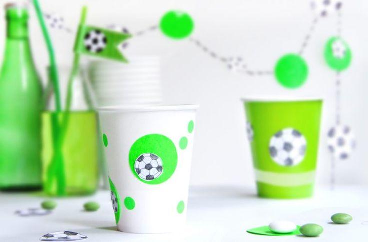 FREE PRINTABLE for your SOCCER PARTY // DIY Fußball-Deko Konfetti, Fähnchen und Girlande für die Kinder-Fussball-Party selber machen - DIY mit Free Printable // FAMILICIOUS.DE