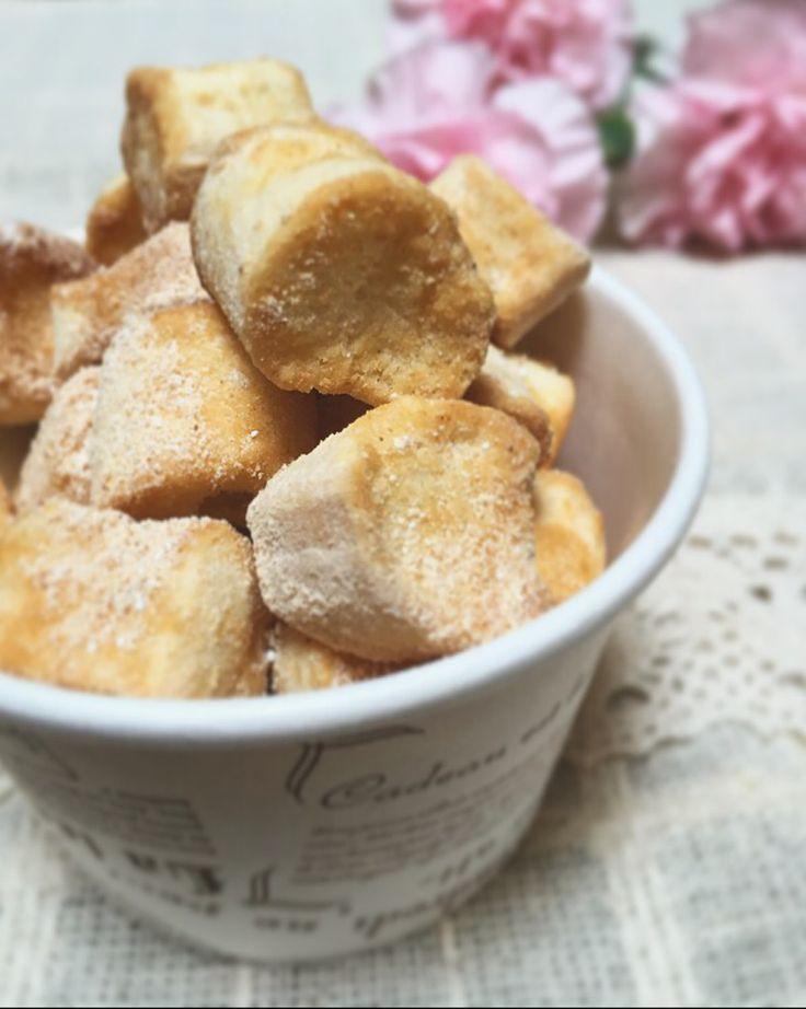 簡単!サクふわ口どけ♡お麩のきなこラスク サクふわの軽い食感で、食べ始めると止まらない美味しさ♪( ´▽`) 材料 (作りやすい分量) 麩(小さめのもの) 15g バター(有塩) 15g 牛乳 大さじ1 きなこ 小さじ1 粉砂糖 小さじ1 作り方 1 耐熱ボウルにバターと牛乳を入れ、600wの電子レンジで40秒加熱する。 2 麩を加え、全体に染み込むようによく混ぜる。 3 オーブンシートを敷いた天板に重ならないように並べて150度に予熱したオーブンで約20分、しっかり乾燥するまで焼く。 4 熱いうちにきなこと粉砂糖をまぶしたら完成♪ コツ・ポイント 粉砂糖を使うとお麩全体にうまく絡みますが、なければ上白糖やグラニュー糖でも大丈夫です。お好みでシナモンパウダーを加えてもおいしいです。