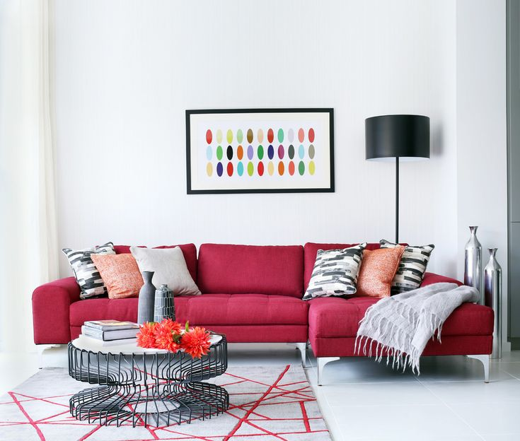 55 идей интерьера гостиной в частном доме (фото) http://happymodern.ru/interer-gostinojj-v-chastnom-dome/ Контрастный бордовый диван в светлой гостиной