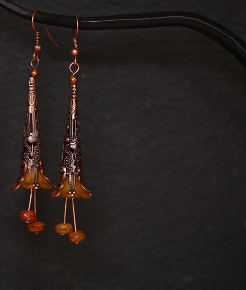 Koperen oorbellen met acryl bloemkelkje en czech glas.