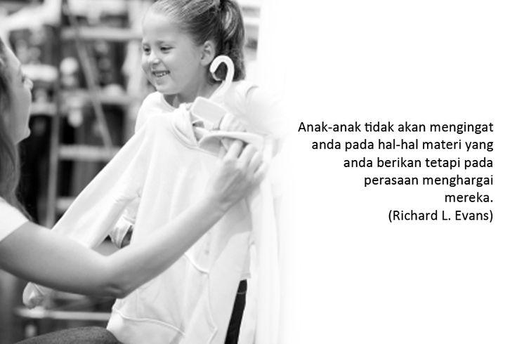 Anak-anak tidak akan mengingat anda pada hal-hal materi yang anda berikan, tetapi pada perasaan menghargai mereka.  (Richard L. Evans)  Gambar: Crystalcoastmom.com Klik > http://bit.ly/1t10iGf