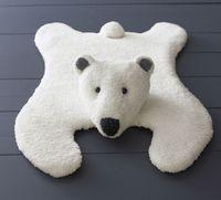 Albert, l'ours polaire...comme une vraie peau de nounours ! Tapis ours bi-matière en Phil douce et Rapido, longueur 83 cm. Modèle tricoté en jersey. 2 boutons 12 mm pour les yeux.