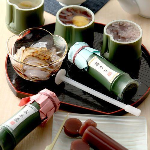 細い竹型の容器には、本葛を使用したのどごしのさわやかな「葛きり」と、国産小豆を使った甘さ控えめの「水羊羹」を。太い竹型の容器には、国産のもち粉を使い、つぶつぶとした食感と桜葉入りの「桜道明寺羹」、栗と小豆を錦玉羹に流した「栗かのこ」、梅をまるごと使いさっぱりとした「梅しずく」をご用意しました。いろいろな涼菓をお楽しみいただける詰め合わせです。