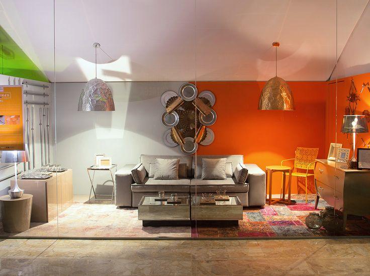 A vitrine METAL valoriza o elemento em suas diversas formas, cores e texturas, desde a forma como pode ser encontrado na natureza até formatos atingidos somente graças a indústria. O ambiente é dividido em duas cores, com um sofá central que compõe com ambos os lados, formando uma sala de estar com mesinhas laterais, buffets e luminárias, toda disposta de forma espelhada, remetendo às composições clássicas e simétricas, porém de forma contemporânea e conceitual.