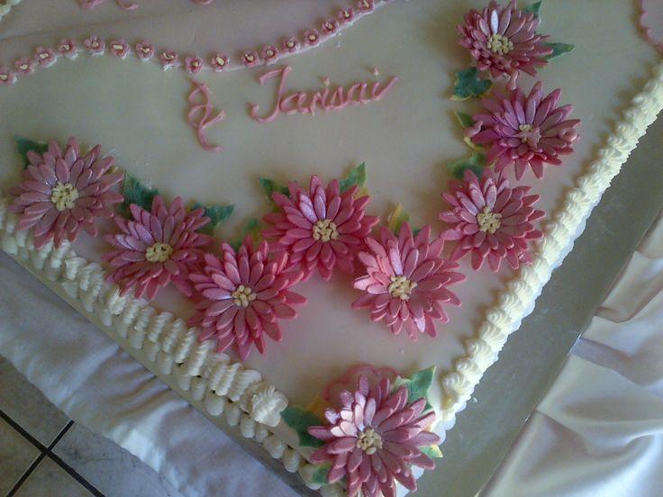 Intricate daisy detail on ladies' sheet cake