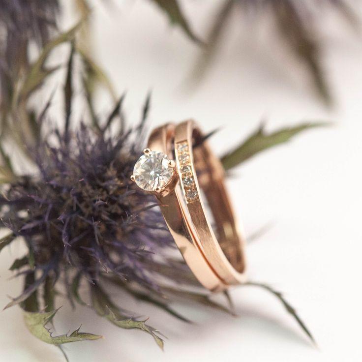Alliance fine et élégante pour femme en or rose 18 carats. Serties de 5 diamants. Bague de fiançailles moderne, élégante et épurée sertie d'un diamant.