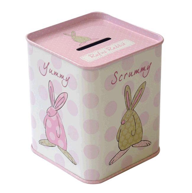 Rufus Rabbit Sparebøsse Rosa. Sparebøsse laget av metall. Størrelse: H 9,5 cm x B 7 cm. Sparebøssen kan åpnes i bunnen. NB: Sparebøssen leveres uten penger. Vi har brukt alle pengene på godterier!