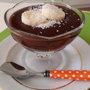Görsel sahibi @fatmanin_mutfagindan Ev yapımı puding Malzemeler 1 litre süt 1 su bardağı şeker 3 yemek kaşığı un 1 yemek kaşığı mısır nişastası 3 yemek kaşığı kakao Vanilya Arzuya göre 80 gr çikolata Hazırlanışı vanilya ve çikolata hariç tüm malzemeleri tencereye alıp kaynayana kadar karıştırın .kaynadıktan bikaç dk sonra vanilya ve çikolata ekleyip iyice karıştırın .İstediğiniz gibi süsleyip servis yapın . Çikolata ekstra lezzet veriyor . Koymasanız da olur .afiyet olsun...