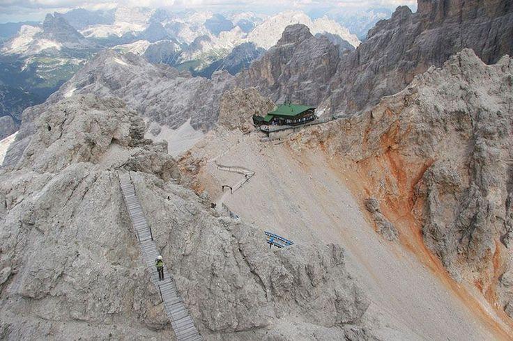 A 3000 metri, sopra Cortina nel massiccio del Cristallo, collocato sulla cresta rocciosa c'è il rifugio Lorenzi e il ponte sospeso nel vuoto: l'inzio della ferrata Ivano Dibona.