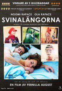 (B)(2012) Svinalängorna (2010) / Beyond - Gebaseerd op een boek van Susanna Alakoski - Een moeder van twee jonge kinderen krijgt bericht dat haar moeder op sterven ligt. In flashbacks zien we haar jeugd: zij en haar jongere broer groeiden op bij drankverslaafde, gewelddadige ouders. koopversie Genre(s) : psychologische roman / 7,0 op IMDB - Zweeds