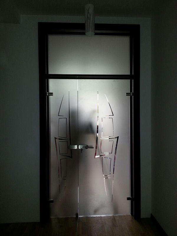 usa batanta , cu panou fix si luminator, incadrate pe un toc din lemn.  Sticla cu model decorativ sablat.