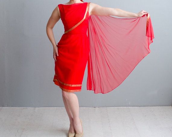 Superbe des années 1950 / 1960 s sirène soie mousseline de soie rouge manœuvre robe de cocktail avec ceinture, taille XS