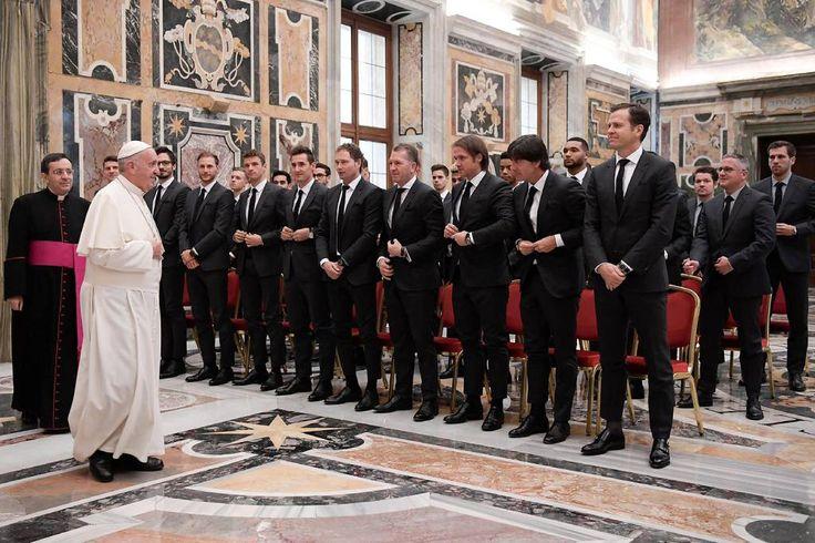 Seleção alemã 'sela a paz' com papa Francisco no Vaticano | VEJA.com