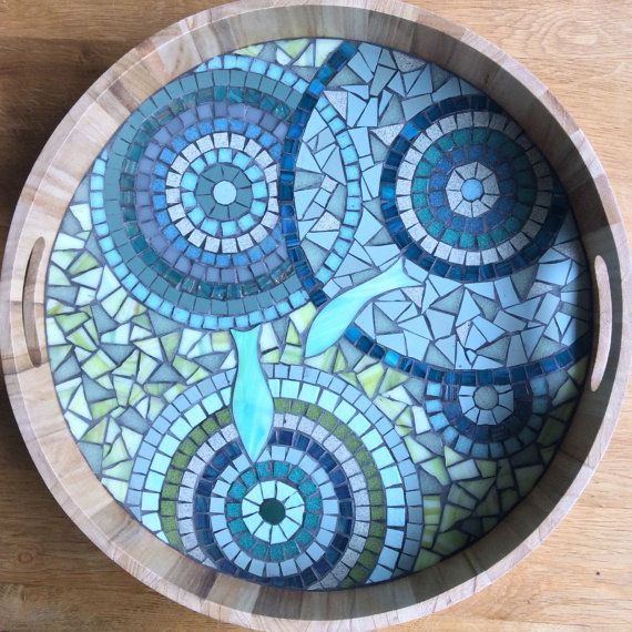 Big round wooden tray in bluish colors. The mosaic is realized with enamels of Briare, stoneware cérame, molten glasses and iridescent glass enamels.