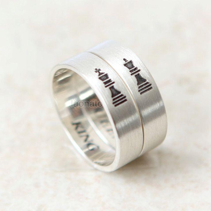 ★★Description★★    ** Este listado está para un anillo. Parejas de Reina y rey precioso y bonito anillo.  Podemos personalizar este anillo de la venda con tus iniciales, fecha o frase. ________________________________________________________________________  Si eliges que estos anillo con texto en la opción de estilo, por favor, escriba sus iniciales o texto como grabado en el anillo, en las notas al cuadro de vendedor cuando usted echa un vistazo. O puede convo me compra.  ex) grabado en…