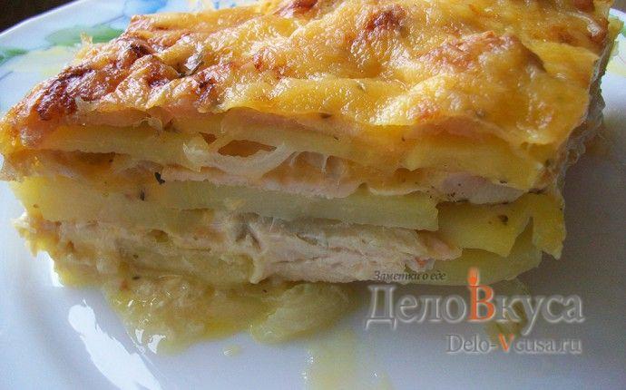 Рецепт приготовления картофельной запеканки с куриной грудкой, чесноком, репчатым луком и сметаной по мотивам мяса по-французски с пошаговыми фотографиями. Куриное филе,