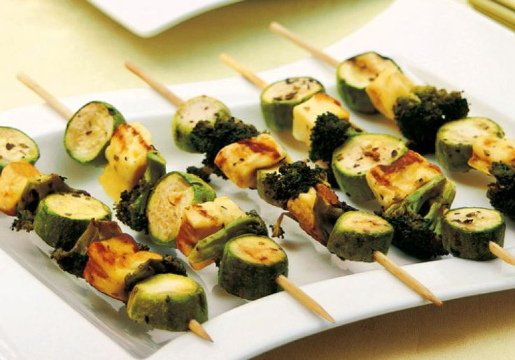 Se tiver amigos vegetarianos, aposte no espetinho de legumes e queijo.
