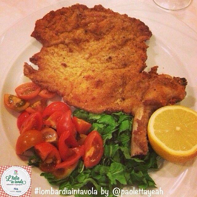 Per cena si va a #Milano per gustare la deliziosa cotoletta 'alla milanese' #italiaintavola #italianfood #traditionalfood #italy