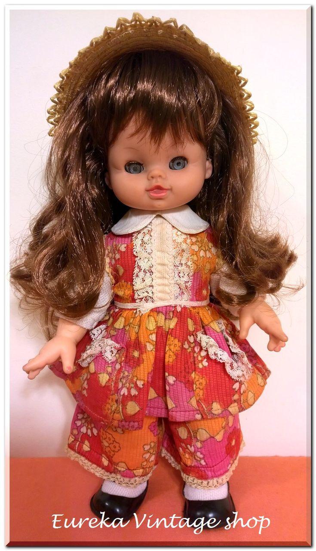 Ασυνήθιστη κούκλα ΚΕΧΑΓΙΑ με σώμα από σύρμα και αφρολέξ. Πολύ γλυκούλα, όμορφα ντυμένη, σε πάρα πολύ καλή κατάσταση. Το αφρολέξ δεν είναι λιωμένο και τα σύρματα δεν είναι σπασμένα. Τα μαλλιά της έχουν λουστεί και τα ρούχα έχουν πλυθεί. Ύψος 32εκ.