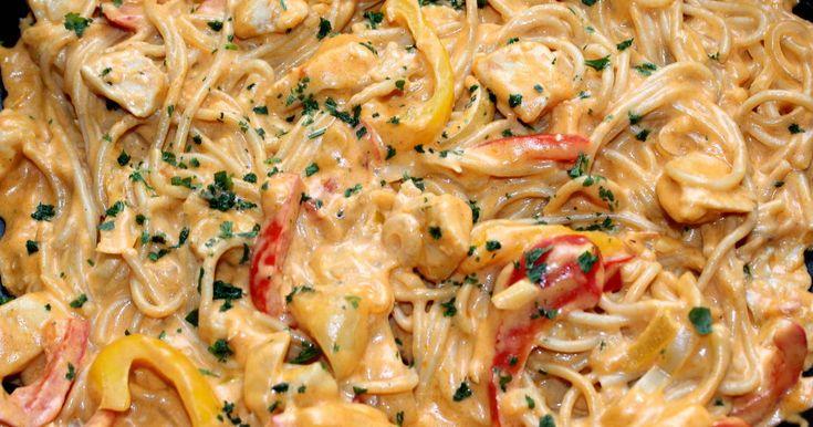 Mennyei Sajtos-csirkés fajitas spagetti recept! Ezt a mennyei sajtos-csirkés fajitas spagetti receptet a neten találtam, és azonnal tudtam, hogy el kell készítenem. Nekem csak sárga, és piros kaliforniai paprika volt itthon, így a zöldet tv paprikával helyettesítettem, de ez semmit sem változtatott a végeredményen. Pillanatok alatt elkészült, és ugyanilyen gyorsan el is fogyott. :) Készítsétek el Ti is ezt a zseniális sajtos-csirkés fajitas spagetti receptet.