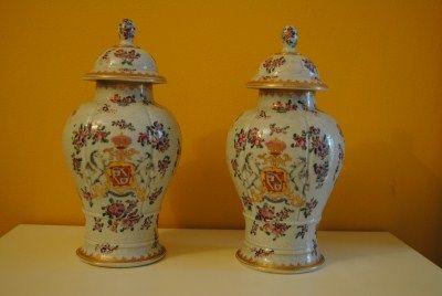Coppia di vasi in porcellana bianca decorata a motivi floreali con decorazioni in rilievo e stemma. Francia, epoca Napoleone III