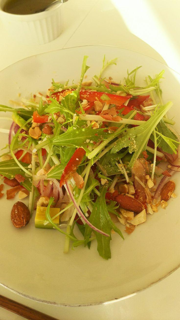 今朝のサラダ パプリカ 水菜 紫玉ねぎ アボカド  ミックスナッツ オリーブオイルと赤ワインビネガーのドレッシングで
