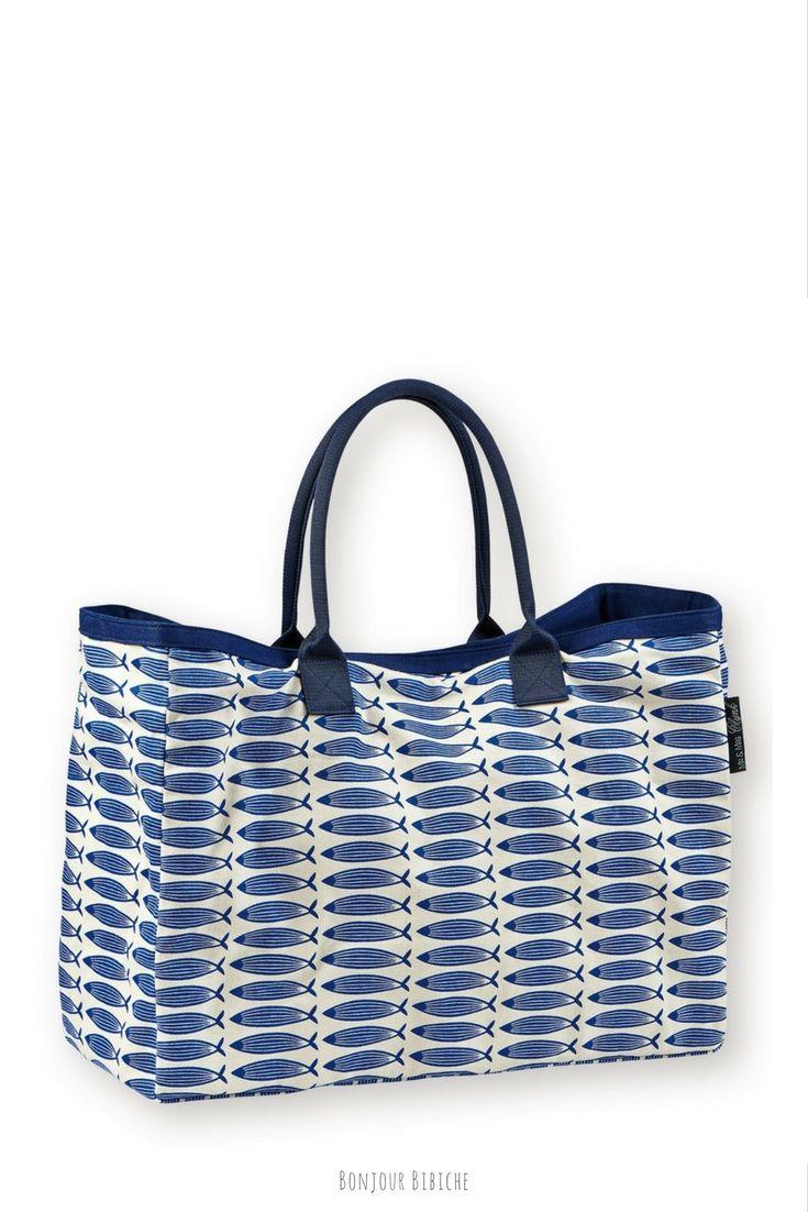 Un grand cabas pour aller à la plage ! Le sac est signé Mr & Mrs Clynk, d'un côté il y a des poissons bleus, de l'autre un imprimé jaune, il peut être associé avec le porte-monnaie assorti et il est disponible sur la boutique en ligne de Bonjour Bibiche #tendance #mode #bleu
