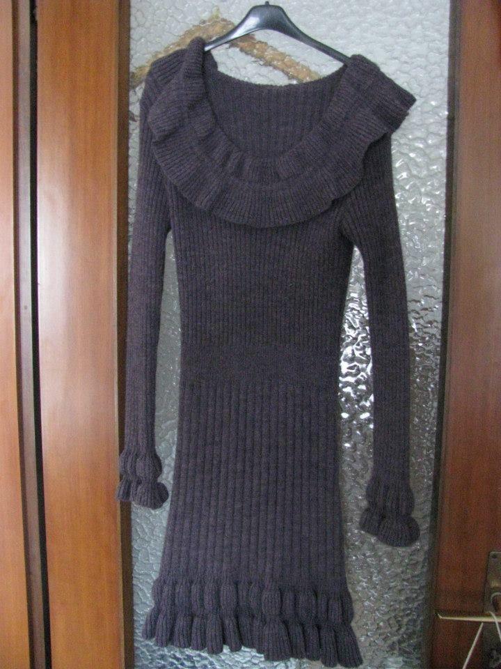 Abito lungo fino sopra le ginocchia, in tessuto lana, colore un pò indefinibile: è sul vinaccia non troppo intenso però .... Taglia unica, euro 5,00