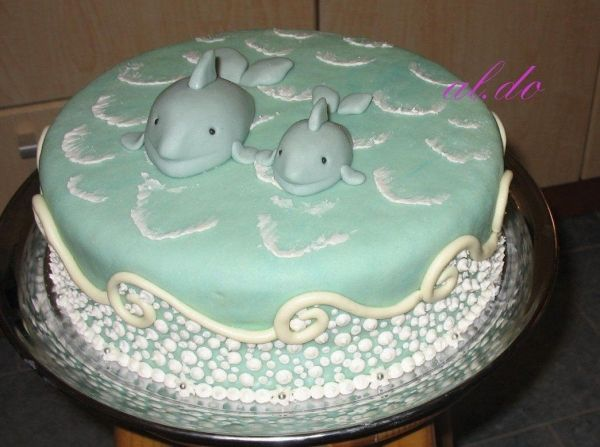 DOLPHIN CAKE: The waves look like they're actually moving!
