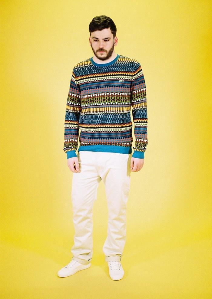 .Con tu nuevo suéter de rombos, te puedes poner los pantalones blancos
