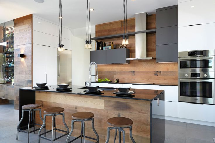 Armoires de cuisine moderne lustrés en Acrylux, thermoplastique agencés à du chêne vintage, et dosseret de bois.