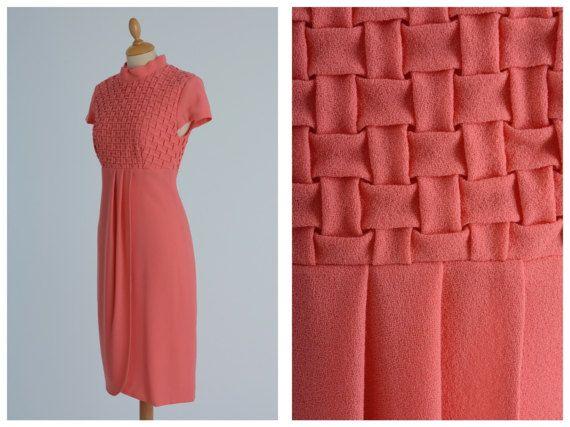 Abito cocktail Vintage 1960s rosa corallo mod  taglia S Scende morbido sui fianchi per valorizzare il punto vita e non costringere i fianchi. Il colore è caldo per valorizzare la tua carnagione. Da abbinare a stivali marroni o scarpe con il tacco.