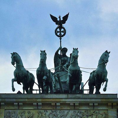 Gdzie zrobiono to zdjęcie? W Berlinie.  Rzeźba umieszczona na szczycie Bramy Brandenburskiej została zaprojektowana przez Johanna Gottfrieda Shadowa w 1793 jako symbol pokoju. Wieńczącą ją gałąź oliwną, symbolizującą pokój, zamieniono jednak później na pruski Żelazny Krzyż.