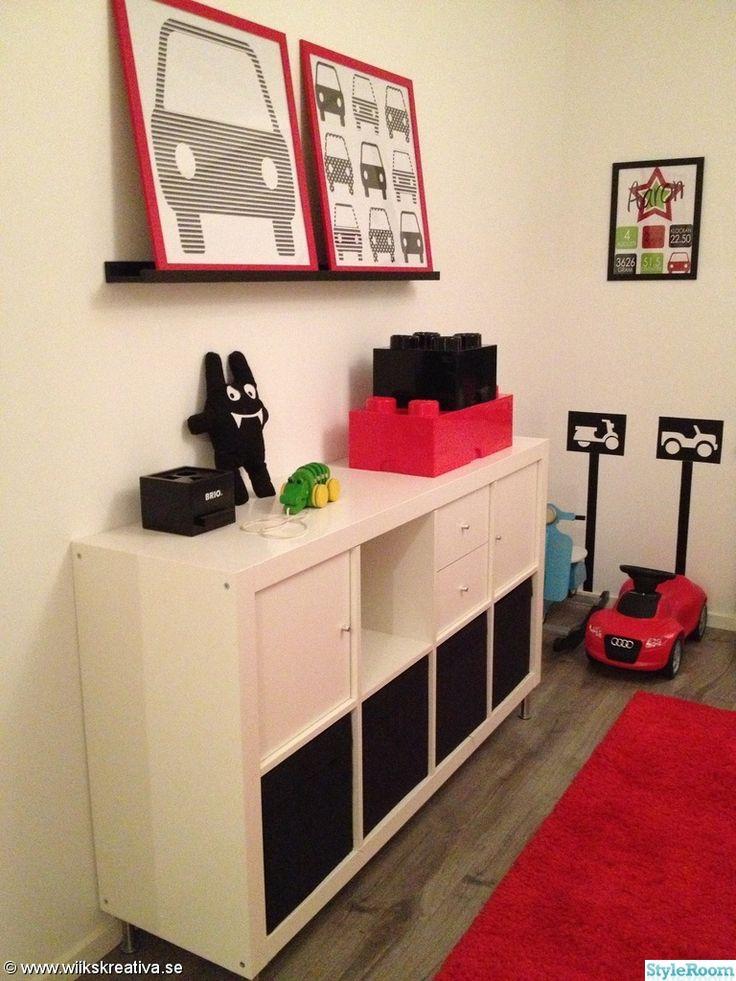 barnrum,pojkrum,rött,vitt,svart,röd,vit,bilar,tavlor,tavla,barntavla,barntavlor,expedit,audi,parkeringsplats,gungmoped,lego,förvaring