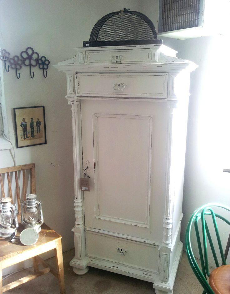 Ett vackert klädskåp i vitt