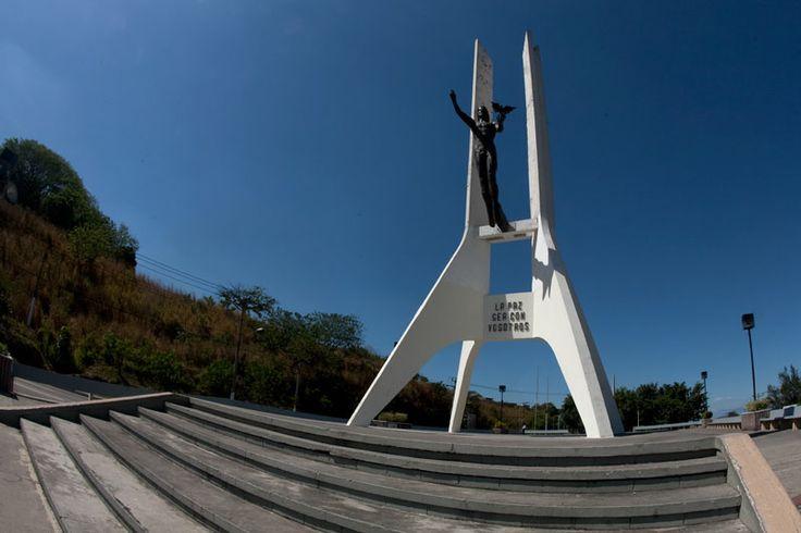 Monumento a la paz, elaborado con una aleación de bronces, laton y casquillos de balas. Se elaboró en honor a la firma de los Acuerdos de Paz. San Marcos El Salvador