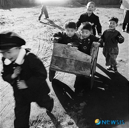 Photo by Yi, Hyeong-rok 1957 (Kids playing with cart)