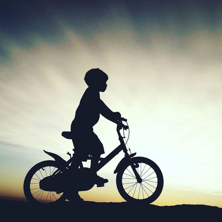Nagyfiús. 5 évesen szinte ügyesebb mint a sulisok. Lemenő nap sugaraiban készült kép. Családi fotózás a szabadban. #gyerekfotózás #babafotozas #csalad #csaladifotozas #bicikli #bringa #biciklizés #babyzoom #kerékpár #bicaj