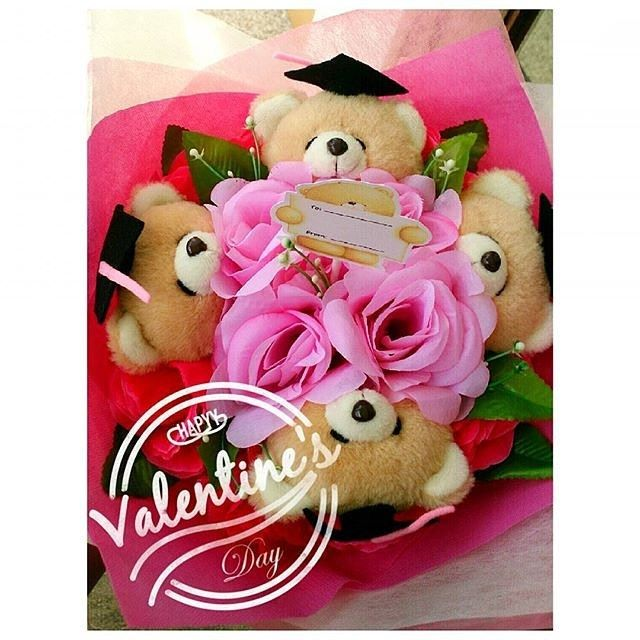 HAND BOUQUET Idr. 210k Isi 4 kepala boneka Bisa isi 2 kepala saja (couple) idr.180k Bisa ganti 1 bear pakai baju (55k) Pilihan boneka: bear FF kelinci hello kitty sapi babi rillakuma. Bunga artificial Pilihan warna bunga: merah pink putih kuning. Premium wrop: pink biru tosca. Diameter 30cm FREE!!! Kartu ucapan!! #hadiahwisuda #hadiahsidang #bouquetmurah #bouquetboneka #bouquetbunga #valday #valentineday #valentinegift #kadovalentine #kadovalentineunik #graduationgift #dagelan #bonekalucu…