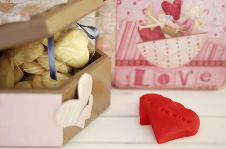 Kurabiyelerle dolu Sevgililer Günü temalı tahta kutular... Sevgililer Günü hediyeleri, fikirleri; Valentines Day Gifts, Ideas