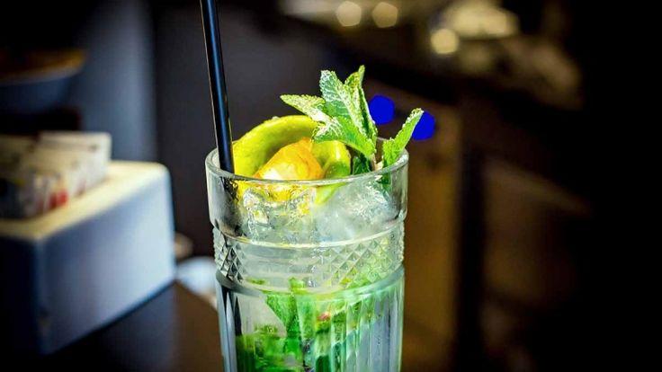 Mojito: cocktail con succo di lime, hierba buena, zucchero di canna e rum.