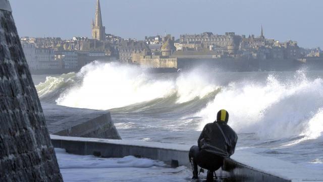 Intempéries. Des vagues impressionnantes à Saint-Malo