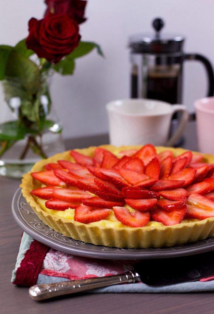 Oemotståndligt god jordgubbspaj med frasigt pajskal, vaniljkräm, jordgubbar och gelé på toppen. En ljuvlig efterrätt som gör succé varje gång den bjuds på till fikat. Passa på att baka den nu när jordgubbarna är som godast.