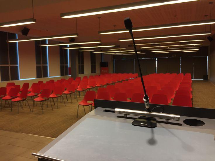 Lineal LED suspendido. Perfecto para auditorios y más, manteniendo a la audiencia 100% atenta