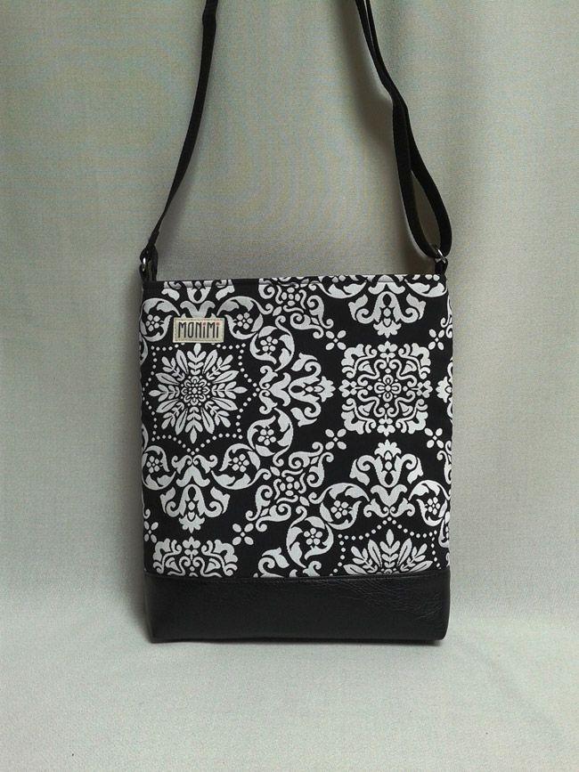 Fekete-fehér női #táska, amely mindig divatos, télen és nyáron is hordható. Szinte minden ruhához illik. Csodálatos mintázatú, jacquard szövésű anyagból, fekete textilbőr felhasználásával.