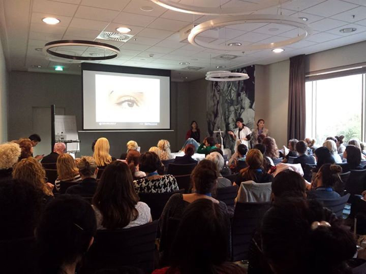 Császár Zsuzsanna beszámolója a 3. Sminktetováló Világkonferenciáról itt: http://remeka.hu/index.php/magazinxmszakmai-frissxm/single-column-blog/654-3-sminktetovalo-vilagkonferencia-amszterdamban